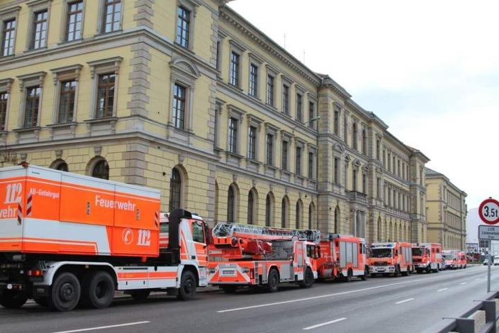 Die Feuerwehr war am Dienstag mit einem Großaufgebot ans Leipziger Landgericht ausgerückt.