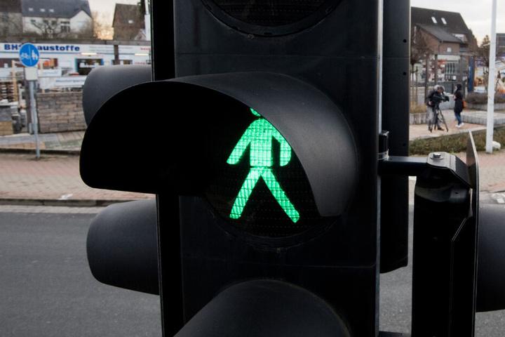 Die alte Dame soll bei grün über die Ampel gegangen sein. (Symbolbild)