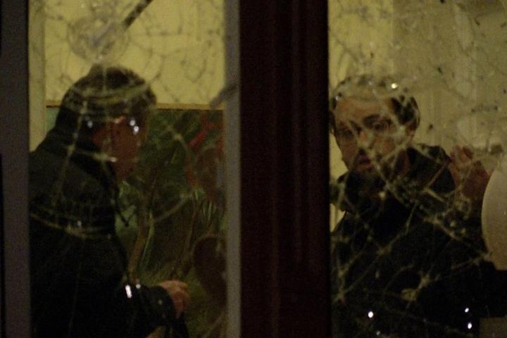Unmittelbar nach dem Anschlag betrachtet Justizminister Sebastian Gemkow (40, r.) mit Polizisten die zerstörte Fensterscheibe seines Esszimmers.