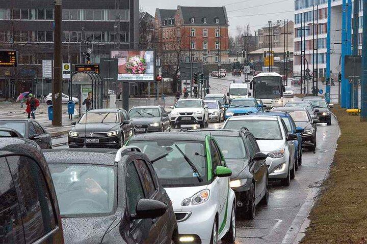 Chemnitzer Senioren setzen lieber auf das Auto als auf Bus und Bahn. Daher wird der Pkw-Verkehr weiter wachsen, sagt das Rathaus vorher.