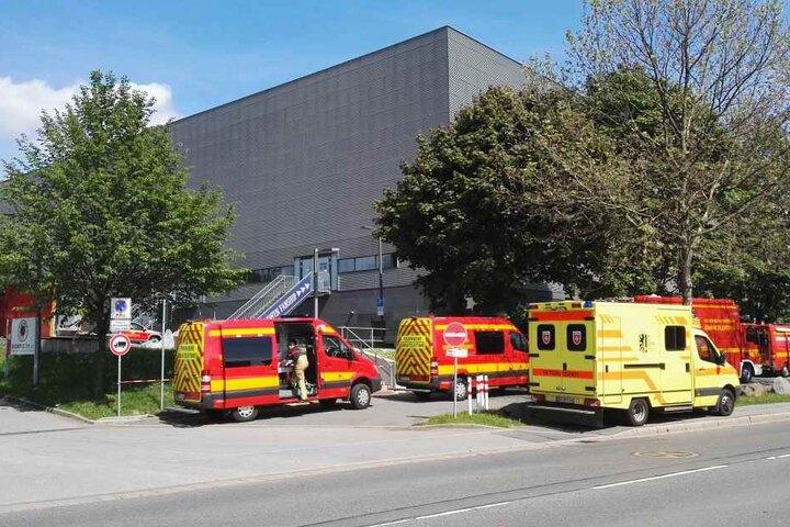 Die Feuerwehr im Großeinsatz an der EnergieVerbund-Arena in Dresden.