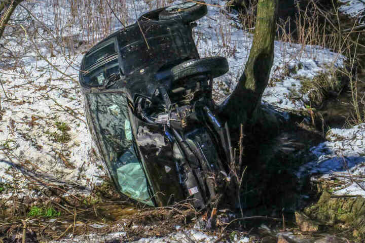 Der Subaru landete bei dem Unfall in einem Wassergraben und blieb auf der Seite liegen.