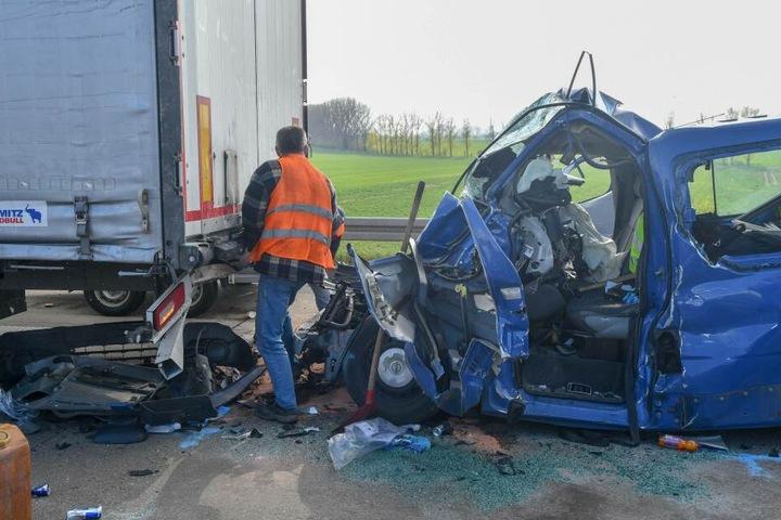 Kaum zu glauben: Aus diesem Wrack konnte der Fahrer lebend geborgen werden.