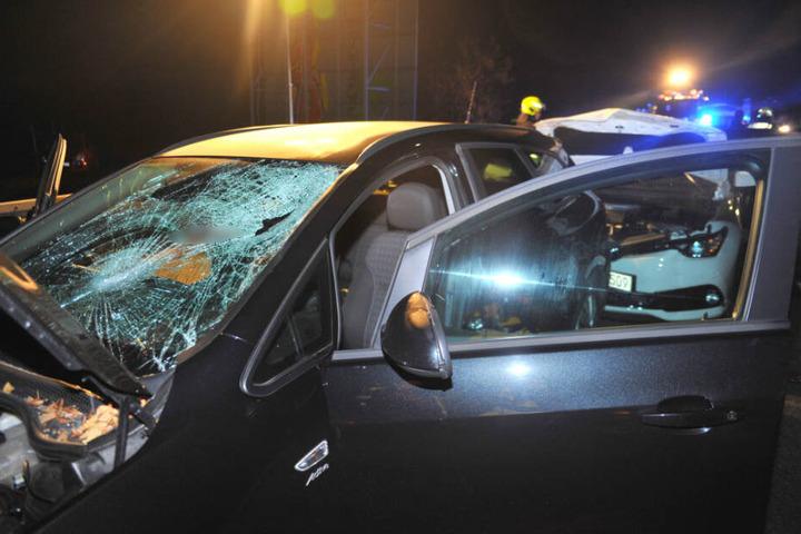 Die Windschutzscheibe des Wagens ist komplett zerstört.