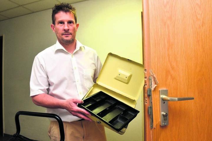 Hotelier Christoph Gröger (49) zeigt, dass nie Geld über Nacht in den Kassen  lagert.