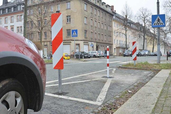 Nach drei Ratsanfragen ließ das Rathaus für 130 Euro einen Poller gegen Falschparker an der Zeißstraße aufstellen.