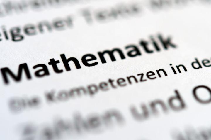 """Der Schriftzug """"Mathematik"""" ist in einer Grundschule auf einem Berichtszeugnis zu lesen. Mathematik gilt als eines der unbeliebtesten Schulfächer."""