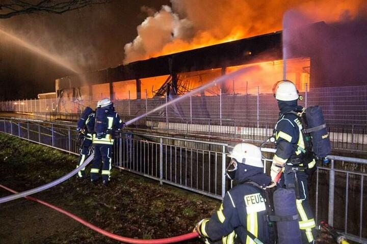 Mehr als hundert Feuerwehrleute waren im Einsatz.