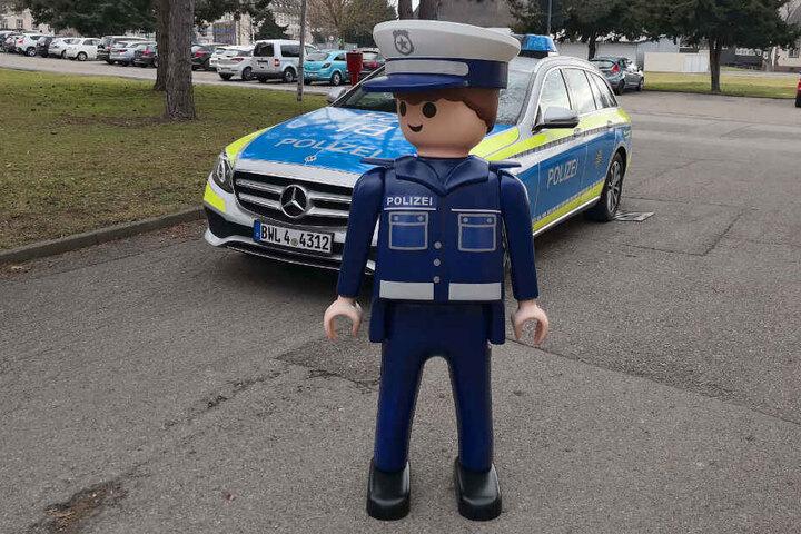 """Auch er wurde schon geklaut: Playmobil-Polizist """"Heinz"""" aus Göppingen."""