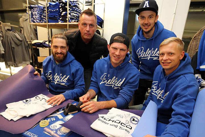 David Ulm, Fabian Klos, Manuel Prietl und Manuel Hornig packten Geschenke für die Fans ein.