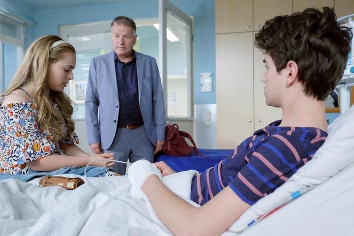 Doch Dr. Heilmann wird auf die Romanze der zwei aufmerksam. Da Nils sterben könnte, wenn er kein Spenderherz bekommt, verbietet er beiden den Kontakt. Er hält Lisa nicht stark genug für diese Situation.