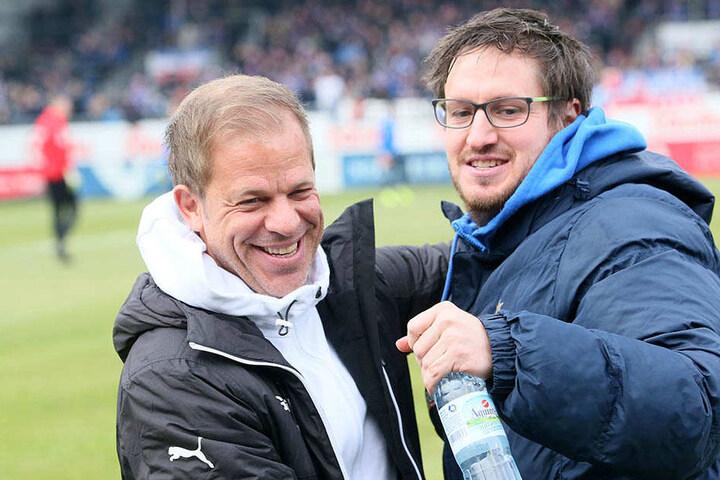 Verstehen sich richtig gut: Kiel-Coach Markus Anfang (l.) und Aue-Trainer Hannes Drews.