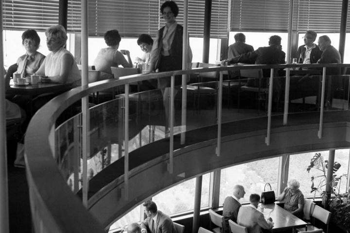 Im Jahr 1975 hatte das beliebte Café im Dresdner Fernsehturm noch geöffnet.