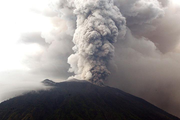 Rauch und Feuer spuckte der Mount Agung bereits. Die Gefahr eines Ausbruchs ist längst nicht vorüber.