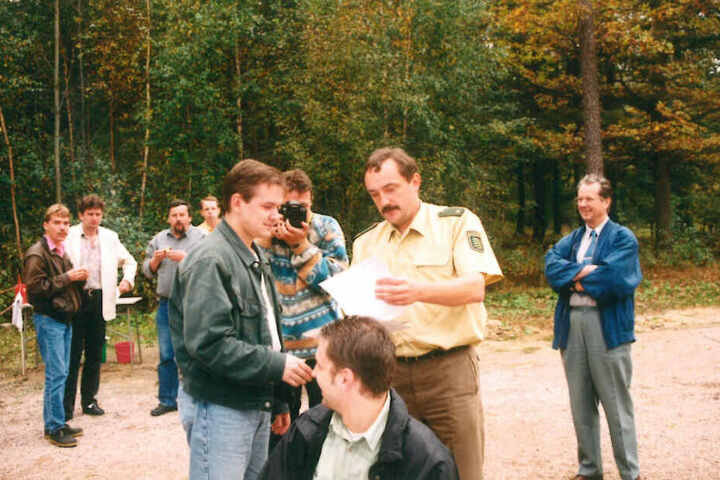 Immer im Mittelpunkt: Der damalige Polizeirat Conny Stiehl am Schießstand in Weißenborn.