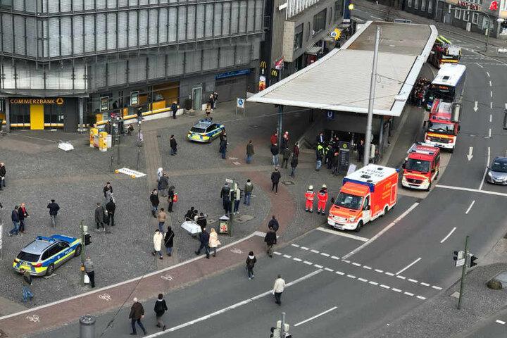 Feuerwehr und Polizei sperrten die Stadtbahn-Zugänge am Jahnplatz ab.