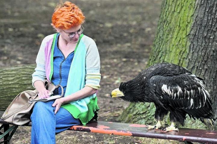 Was ist denn da in der Tasche? Neugierig rückt Stella zu TAG24-Reporterin Katrin Koch auf. Doch beim großen Schnabel ist Vorsicht geboten.