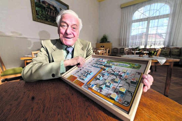 Dieter Chon (85) mit seiner Spiele-Idee: Ein Sudoku, das statt mit Zahlen mit Meerestieren ausgefüllt werden muss.