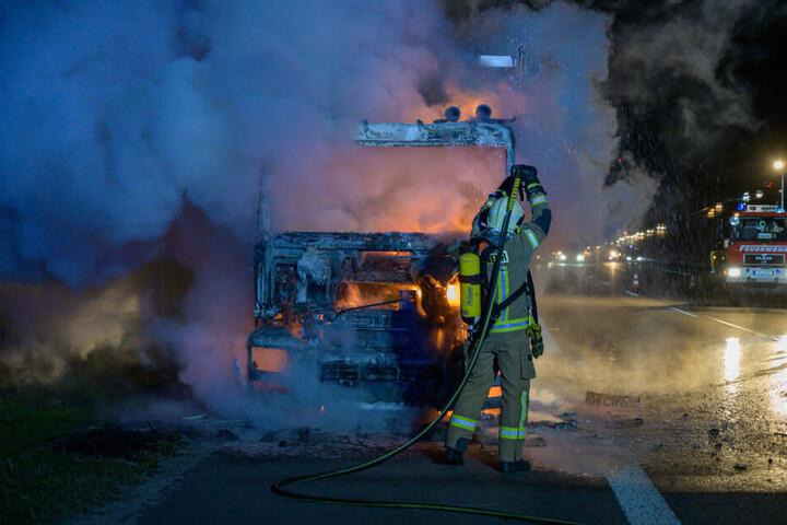 Von der Zugmaschine blieb nur noch das verbrannte Skelett übrig.