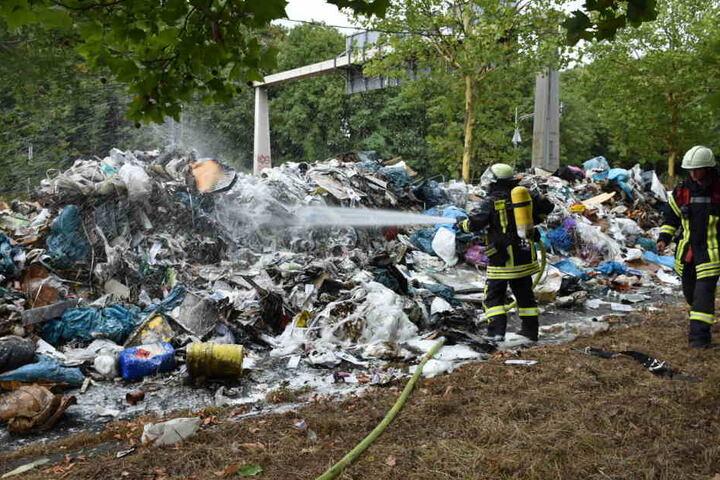 Die Feuerwehr Köln konnte im Anschluss die Ladung löschen.