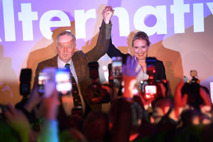 Die Spitzenkandidaten der Partei Alternative für Deutschland Alexander Gauland und Alice Weidel jubeln: Ihre Partei zieht mit einem klar zweistelligen Ergebnis als drittstärkste Kraft ins Parlament ein