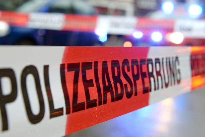 Die Polizei sperrte die Kreisstraße nach dem Unfall ab.
