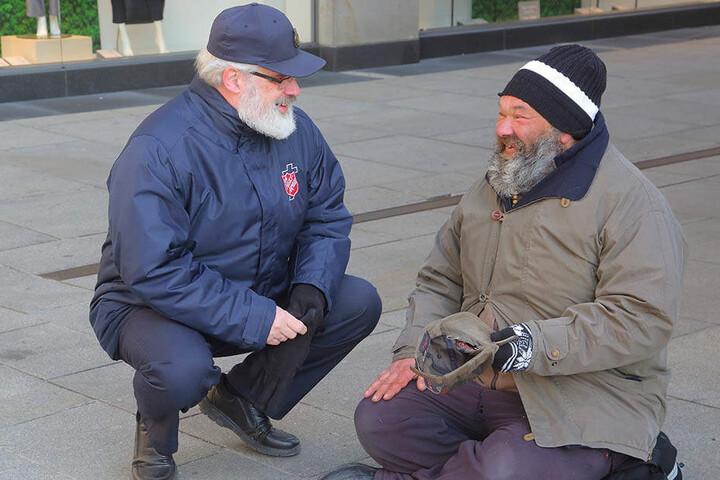 Robert (52) schläft auch jetzt noch draußen. Gert Scharf (60) von der Heilsarmee bringt ihm abends Tee unter die Brücke.