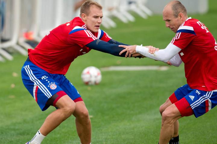 Holger Badstuber (links im Bild) und Arjen Robben Hand in Hand bei einer gemeinsamen FCB-Trainingseinheit.
