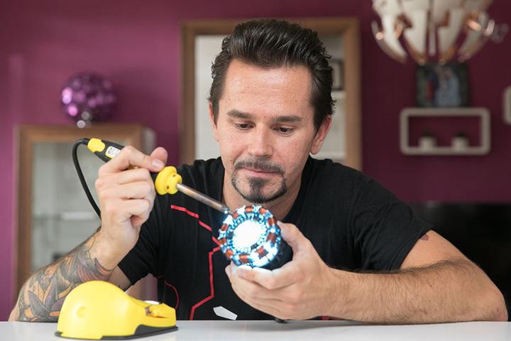 """Rocco Zschupppe bei der Arbeit an seinem """"Ironman""""-Anzug. Hier: das Herz."""
