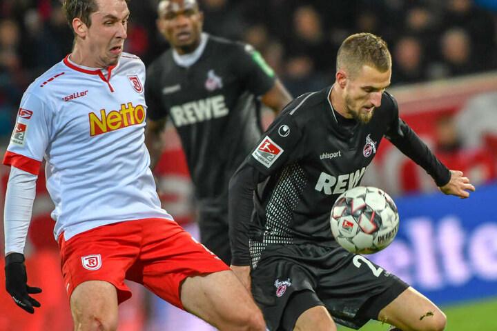 Der Regensburger Adrian Fein (20, l.) wechselt wohl eher nicht zum 1. FC Köln.
