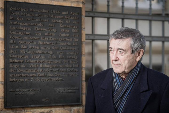 Josef Pepek Salomonovic (81) steht vor einer Gedenktafel am ehemaligen Gebäude der Dresdner Zigarettenfabrik