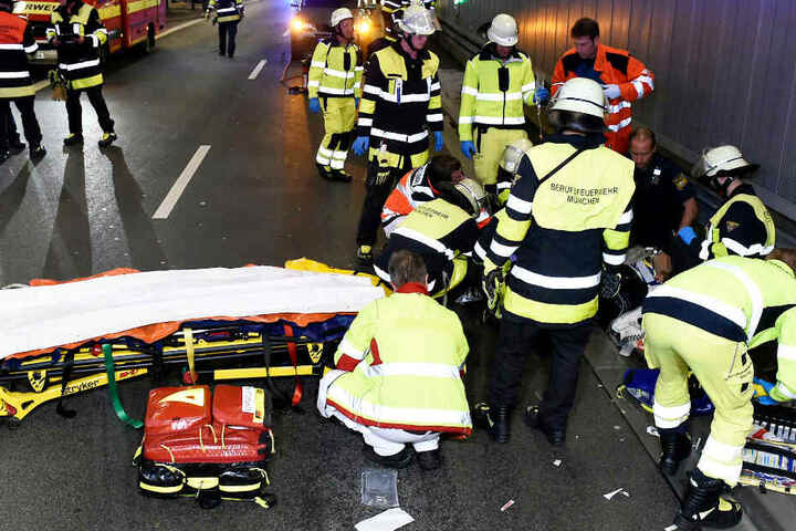In München sind im Luise-Kiesselbach-Tunnel zwei Menschen bei einem Motorradunfall verletzt worden.