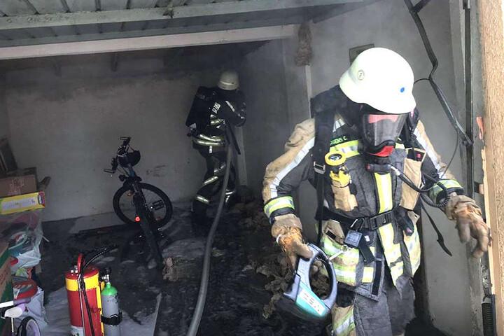 Mit Atemschutz und Löschschaum gingen die Feuerwehrleute vor.