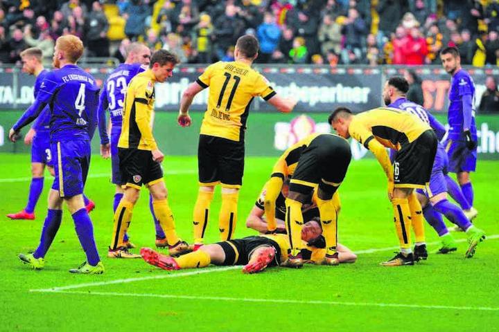 Die Mitspieler holen Florian Ballas mit der Tornachricht nach ein paar Schrecksekunden wieder auf die Beine.