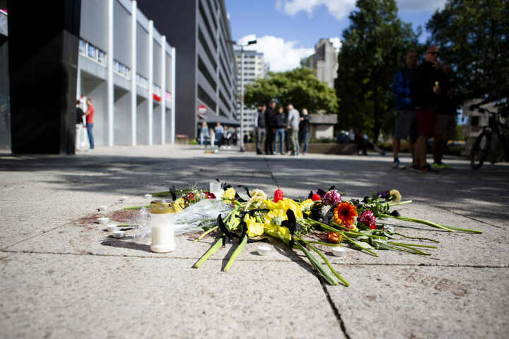 Blumen wurden in der Brückenstraße niedergelegt. Nach einer Messerstecherei, weniger Meter abseits des Stadtfest, erlag eine Person ihren Verletzungen.