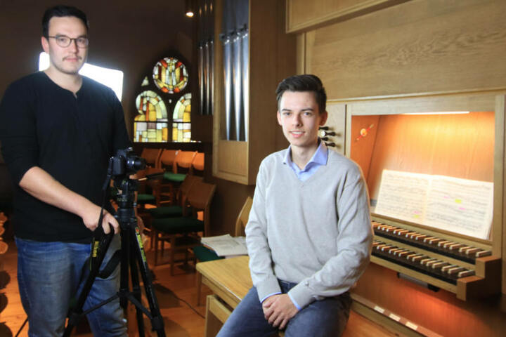Sein Bruder Philipp (li. 27) hilft Leon dabei seinen YouTube-Kanal mit Videos zu füllen.