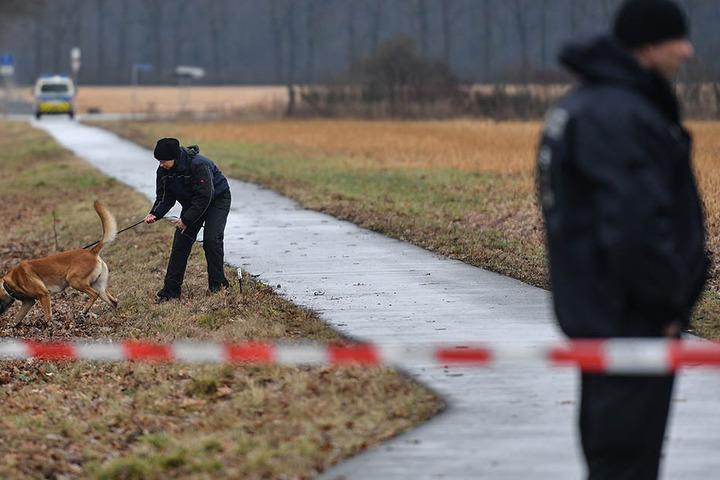 Nachdem der Täter geflüchtet war, suchten Polizeibeamte im März in Oegeln im Landkreis Oder-Spree (Brandenburg) die Gegend mit Spürhunden ab.