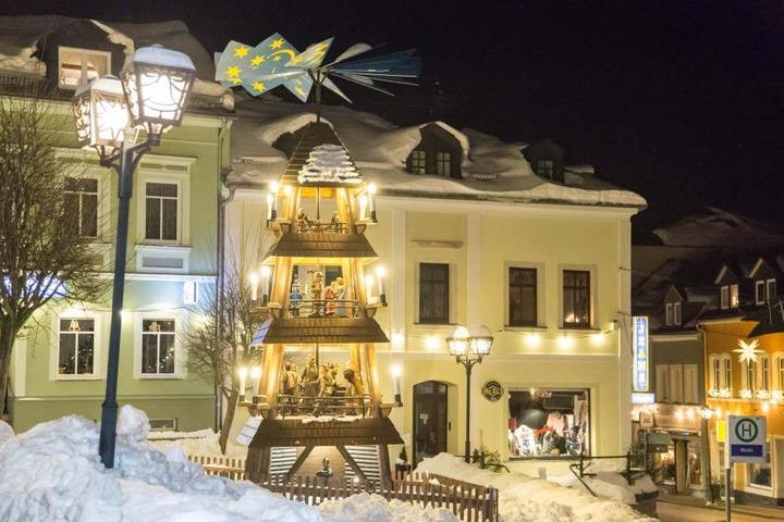 Punkt 18.00 Uhr gehen in Zwönitz die Lichter aus und auch die Pyramiden wird angehalten.