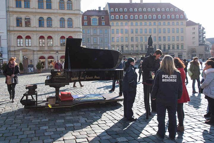 Immer wieder wurde der Künstler bei seinen Demos kontrolliert. Zuletzt verbot die Stadt die Auftritte.