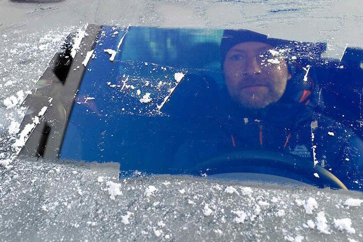 Torsten Terlinden (49) zeigt, wie er nie fahren würde - mit Guckloch