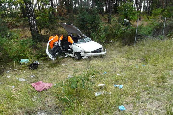 Der Fahrer (30) wurde leicht, die 48-jährige Beifahrerin und die Mitinsassin auf der Rückbank (18) schwer verletzt.