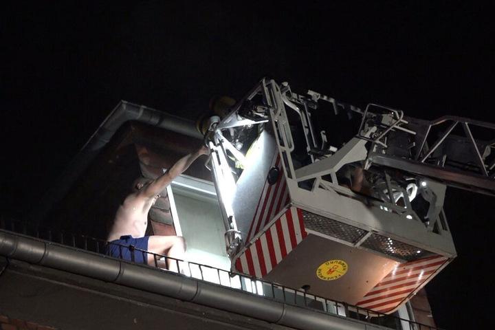 Mit einer Drehleiter retteten die Einsatzkräfte einen Mann vom Dach des Gebäudes.