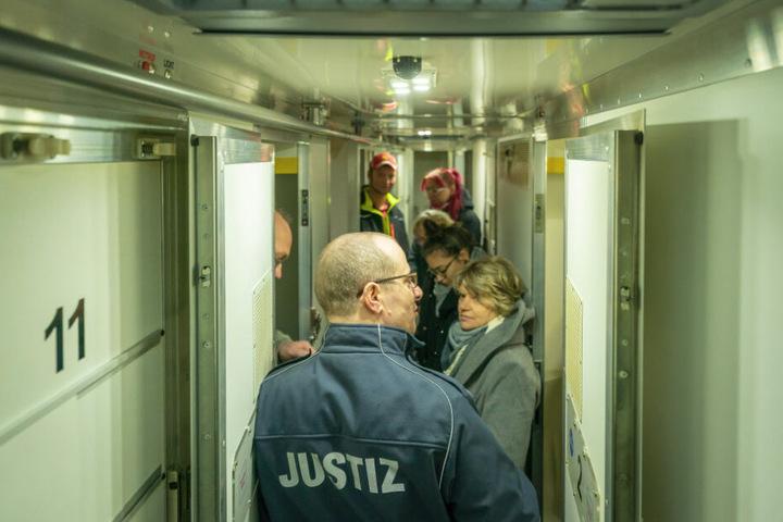 Zwitter-Konstruktion für den kleinen Knast-Verkehr: Der Gefängnisbus mit den persönlichen Einzelabteilen wurde von Besuchern regelrecht inspiziert.