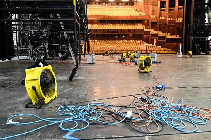 Aufräumarbeiten nach dem Wasserschaden in der Deutschen Oper.