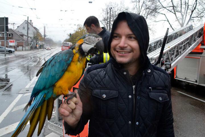 Erwischt! Paco zurück bei seinem Tierpfleger Alessio Fochesato.
