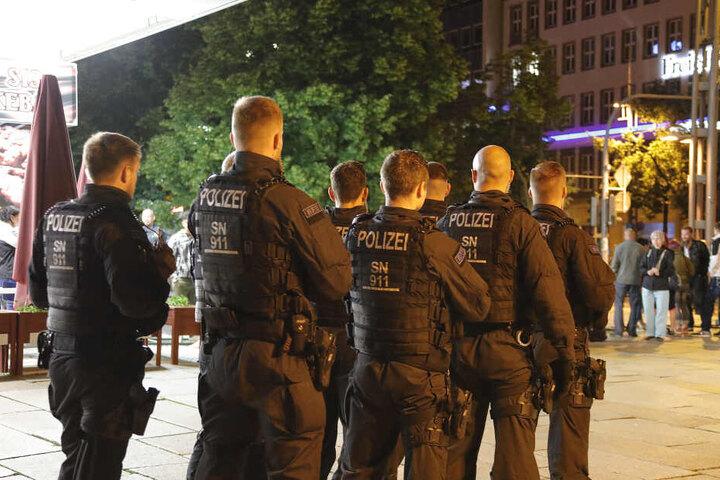 Rund 100 Polizisten sicherten die Tatortbegehung, auch Schaulustige waren anwesend.