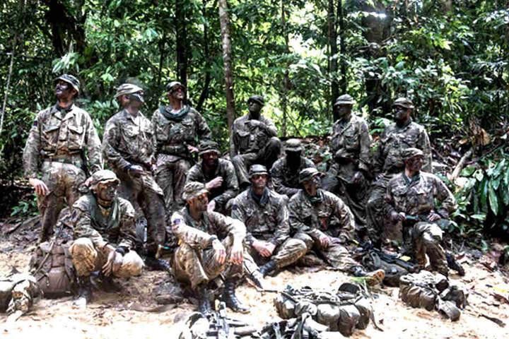 """Vorbereitung auf den schwierigen Dschungel Einsatz: Die """"Household Cavalry"""" im Dschungel von Brunei."""