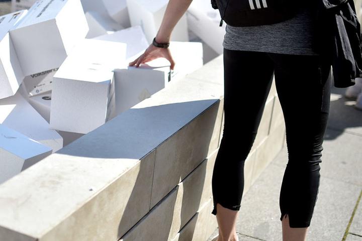 Die Mauer voller Hass-Botschaften wurde symbolisch zum Einsturz gebracht. Die Hilfsorganisation Care startet eine bundesweite Kampagne gegen Hass und Hetze.