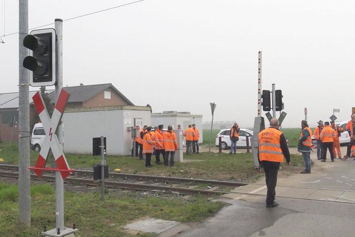 Die Schrankenanlage wurde durch Mitarbeiter des Bahnunternehmens repariert.