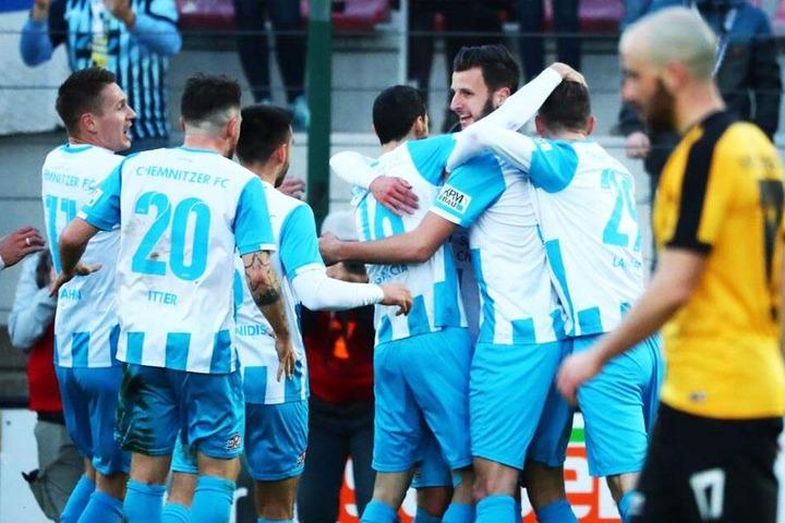CFC-Stürmer Dejan Bozic (2.v.r.) bejubelt mit seinen Mannschaftskollegen den Treffer zum 1:0.